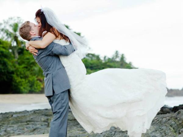 Happy newlyweds. Photo Yaisa Tangwell via the Villas at Stonehaven Tobago