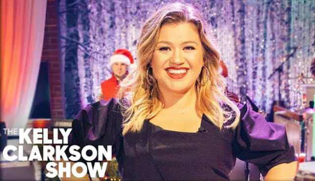 """Kelly Clarkson covers """"Its Beginning To Look A Lot Like Christmas"""""""