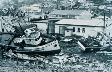 Effetti prodotti dallo tsunami dell'Alaska (1964) a Kodiak (Alaska). Le barche nella foto sono state trasportate in citta`dalle onde, a qualche decina di metri dalla costa. (Foto tratta da NOOA Photo Library  in http://www.photolib.noaa.gov/historic/c&gs/theb0964.htm).