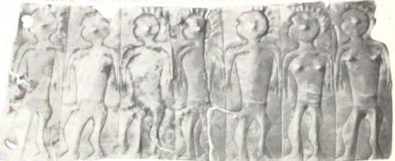 Fg 1: Laminetta votiva di età venetica rinvenuta a Vicenza decorata a sbalzo e incisione con una cosidetta processione di nudi (foto da. Paleoveneti di Vicenza. Ed. Com. di Vicenza).