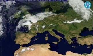 """Foto da satellite del 22 agosto 2011: si noti la vasta area priva di nubi che interessa tutto il bacino del Mediterraneo mentre le perturbazioni di origine atlantica sono costrette a scorrere a nord delle Alpi, e si noti il vortice situato sul Golfo di Biscaglia, la cui """"coda"""", penetrata nel Mediterraneo occidentale (la leggera fila di nubi orientata N-S) si sta dissolvendo assorbita dal """"gorgo"""" anticiclonico ancorato sul mar Tirreno, la cui azione stabilizzante si estende ad Oriente grazie ai venti dominanti."""