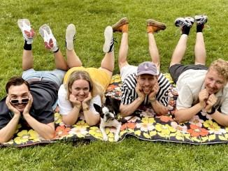 Pressebilde av Blomst liggende på et pladd i gresset