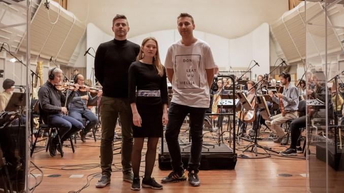 Foto av Marja Mortensson med musikere. Bildet er tatt av Ellen Agneta Norvang