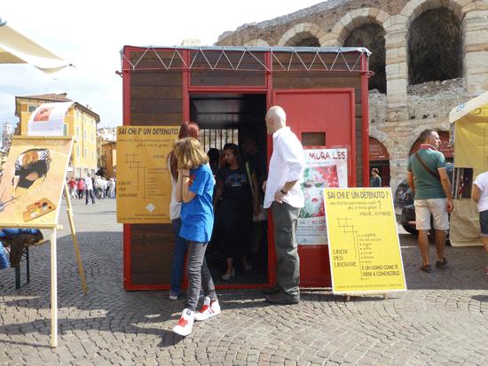 ricostruzione di cella carceraria davanti all'arena alla festa del volontariato in piazza bra