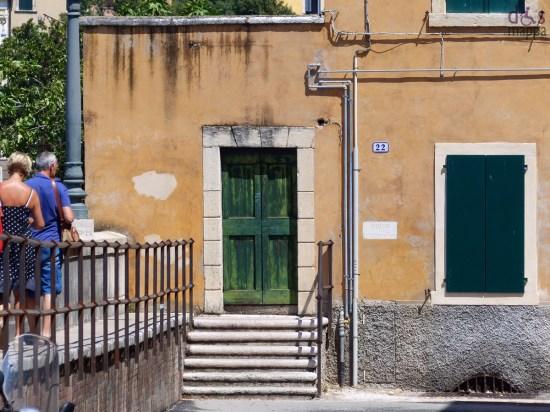 L'inondazione di Verona del 1882 fu una inondazione del fiume Adige che colpì la città nel settembre del 1882. Fu una delle più devastanti piene del fiume e causò numerosi danni e vittime. A seguito di ciò Verona iniziò, pochi anni più tardi, la costruzione di alti muraglioni come argine.  Verona ha certamente tratto grandi vantaggi dalla sua posizione nell'ansa del fiume, ma ha subito anche grosse distruzioni a causa delle sue piene. Paolo Diacono e papa Gregorio I raccontano la disastrosa alluvione del 17 ottobre 589 che sommerse la città e distrusse parte delle mura cittadine.[1]Precedenti inondazioni della città  Sulla facciata della Chiesa di Santo Stefano troviamo un graffito che ricorda la piena del 1195, su un affresco a San Zeno il ricordo di quella del 1239.  Successivamente si ricordano altre piene nel 1512 e 1568. Nel XIX secolo l'Adige straripò anche nel 1835 e 1868 fino ad arrivare alla più devastante piena, quella del1882.