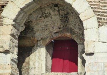 arena di verona, arco e tenda rossa