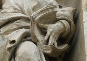 particolare di statua con libro verona