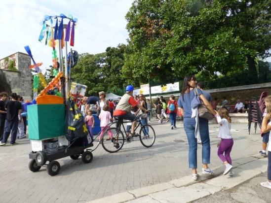 bicicletta riciclo bottiglie plastica