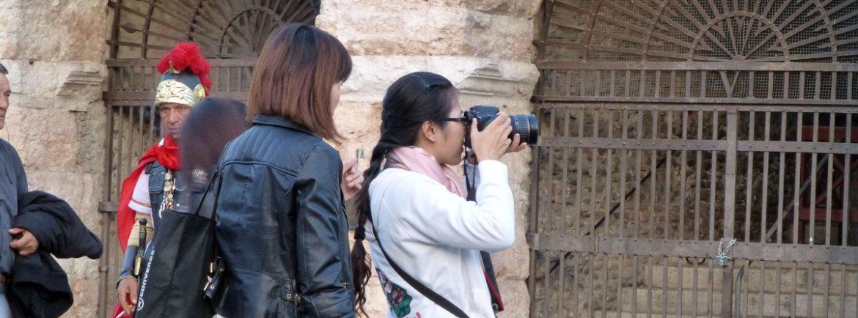 turista che fotografa l'arena di verona in piazza bra