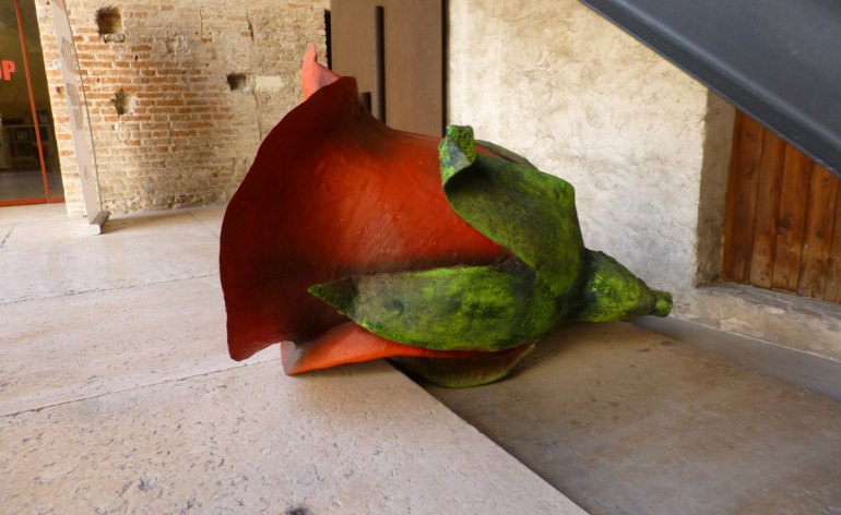 scultura rosa rossa al museo amo di verona
