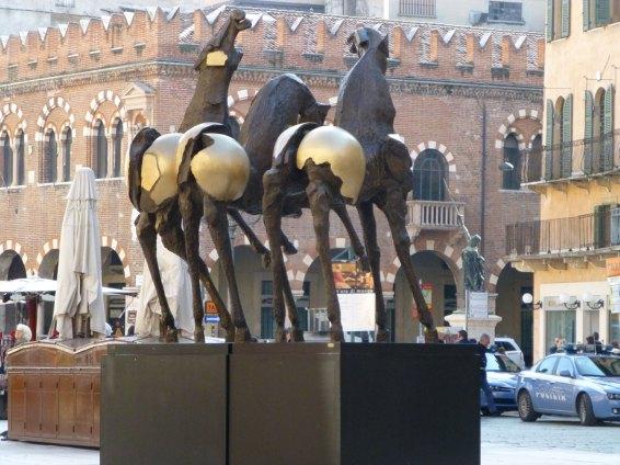 Cavalli, scultura monumentale di Nag Arnoldi in Piazza delle Erbe Verona