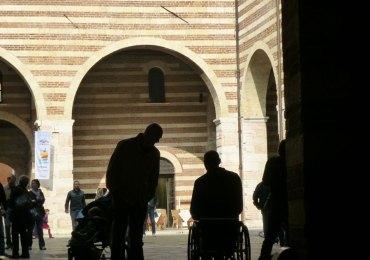 verona disabile in carrozzina cortile mercato vecchio