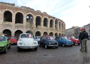 auto d'epoca parcheggiate davanti all'arena di verona