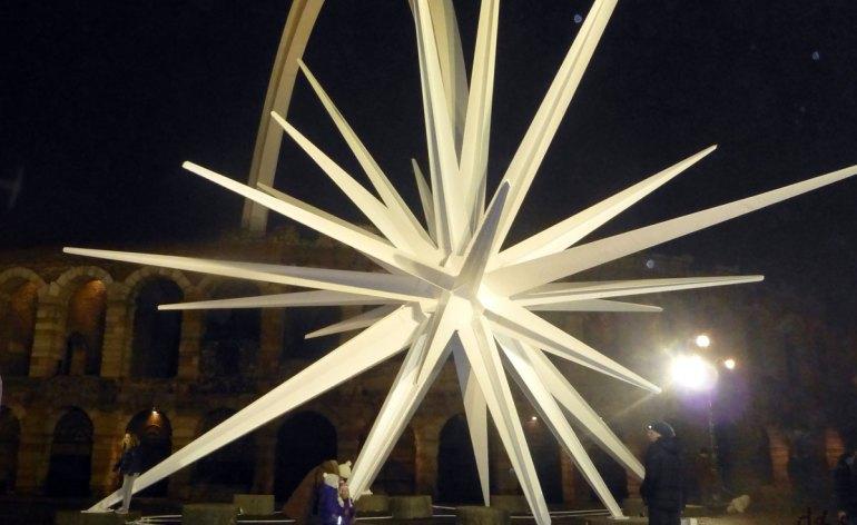 stella-cometa-arena-dii-verona-notturna