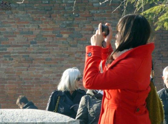 foto a castelvecchio con cappotto rosso