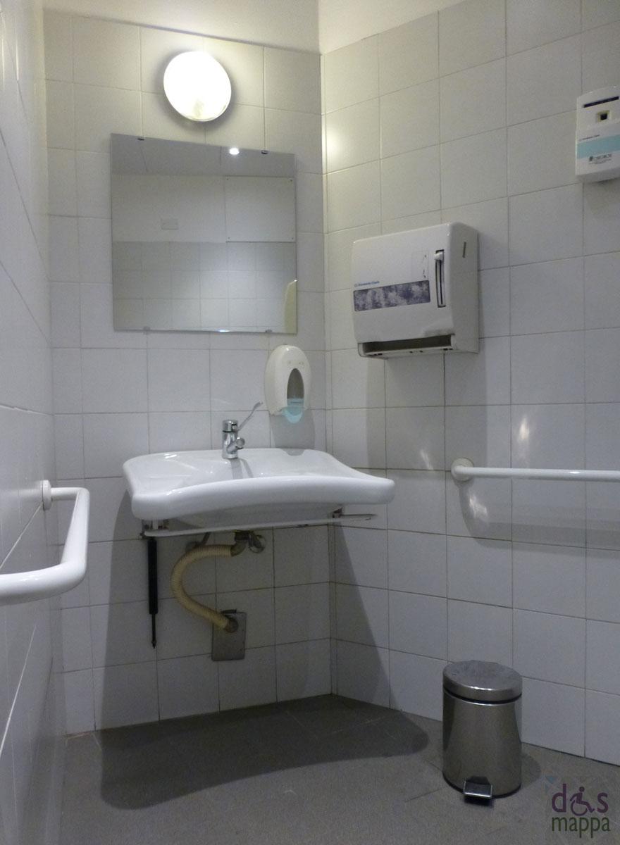 Il lavandino del bagno disabili teatro nuovo di verona with nuovo bagno - Il bagno teatro ...