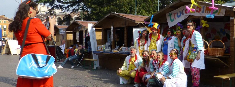 foto di gruppo pagliacci trucco clown solidarietà piazza bra verona