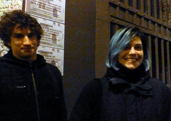ragazza con i capelli blu all'entrata della casa di giulietta a verona
