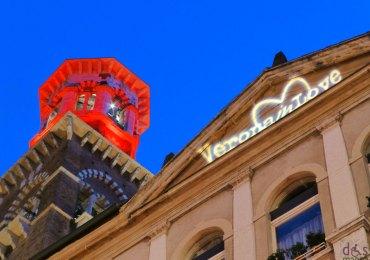 verona in love torre dei lamberti illuminata in rosso e scritta sui palazzi