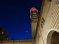 torre dei lamberti illuminata per verona in love e luna