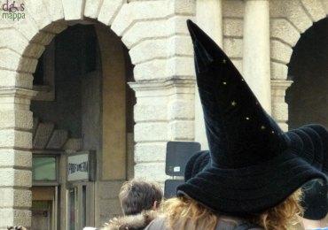 ragazza con cappello da strega durante il carnevale veronese 2013