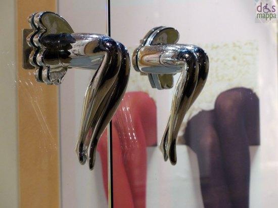 maniglie della porta a forma di gambe femminili accavallate nel nuovo negozio golden point in via cappello a verona
