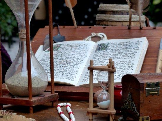 il tavolo dell'emanuense con leggio, libro miniato e clessidre