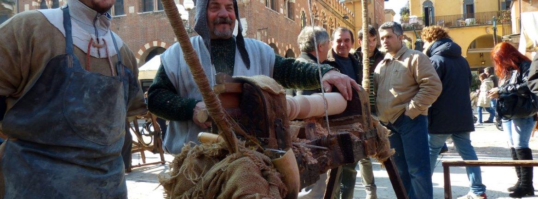 tornitori in piazza delle erbe con tornio antico a pedale