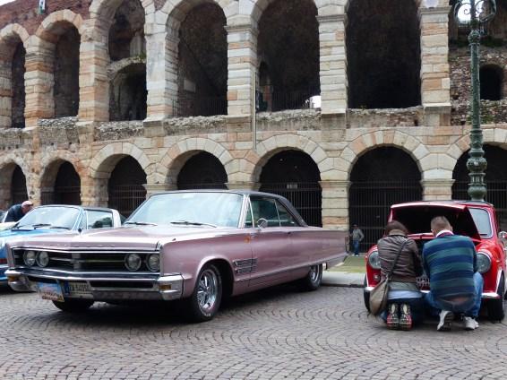 foto esposizione auto d'epoca danti all'rena di verona in piazza bra