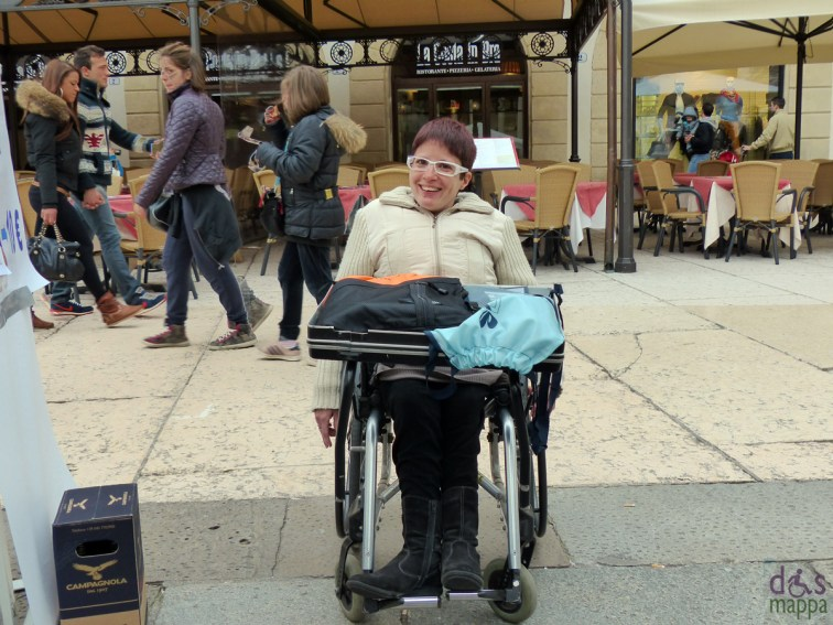 Giuliana al il gazebo del galm in piazza bra a verona per la Giornata Nazionale della Persona con Lesione al Midollo Spinale