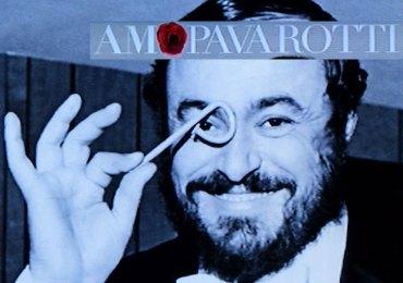 """Foto di Luciano Pavarotti sulla copertina del catalogo della mostra """"AMO Pavarotti"""" al Museo dell'opera di Verona"""