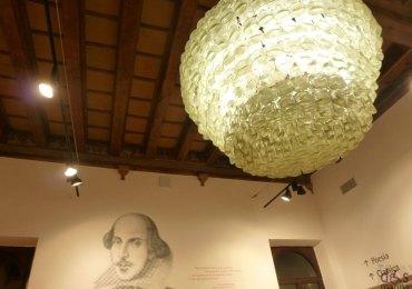 ritratto di william shakespeare sul muro della libreria feltrinelli di verona