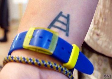 il tatuaggio hellas verona, orologio e bracciale giallo blu di alessia alla mostra 110 anni di hellas verona