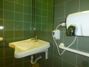 Lavabo accessibile ai disabili della biblioteca civica di verona