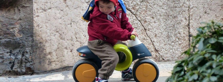 piccolo turista a verona con bicicletta in plastica senza pedali