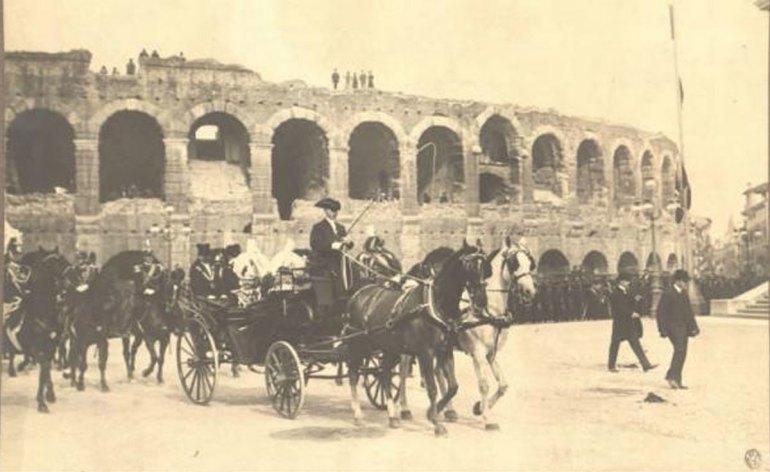 vittorio emanuele III a Verona in carrozza davanti all'arena il 17 maggio 1906