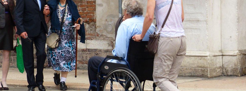 Turista in carrozzina in Piazza dei Signori a Verona