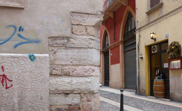 A ricordo della piena dell'Adige del 3 e 4 ottobre 1512, che causò anche il crollo di Ponte Nuovo, questa iscrizione nei pressi di Santa Maria in Chiavica