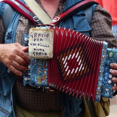 Musicista di strada a Verona - One man band a Portoni Borsari