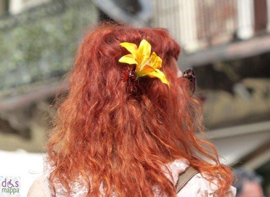 piazza erbe verona donna con i capelli rossi e fiore giallo