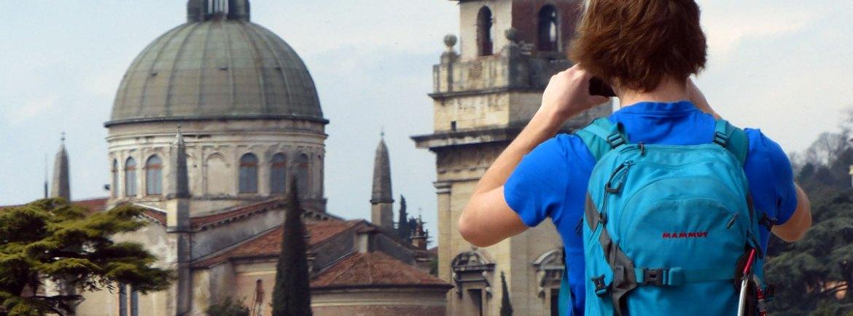 Un turista fotografa l'Adige e la Chiesa di San Giorgio dal Teatro Romano a Verona