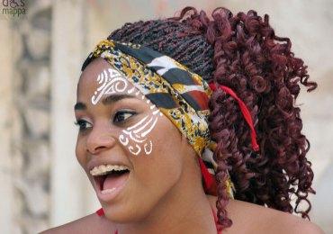 A Voz do Tambor Afro-Brasileiro è uno spettacolo di danze e percussioni, ricco di energia e bellezza, che propone un incontro tra i ragazzi e le ragazze del Grupo Pé no Chão e le loro origini africane, soprattutto dall'Angola e dal Mozambico. Uno spettacolo che esprime l'energia ritmica della cultura del Pernambuco (lo stato brasiliano che ha Recife come capitale) e la forza della cultura angolana e mozambicana, richiamando gli aspetti tradizionali dei nativi (come la cerimonia della successione del Re o i rituali prima di una battaglia) a quelli più quotidiani e moderni di danze come il Frevo e l'Hip Hop, evocando una simbiosi tra passato e presente in un unico cromatismo: il nero.