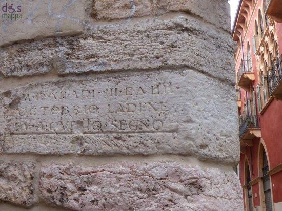 A ricordo della piena dell'Adige del 1512, che causò anche il crollo di Ponte Nuovo, questa iscrizione nei pressi di Santa Maria in Chiavica