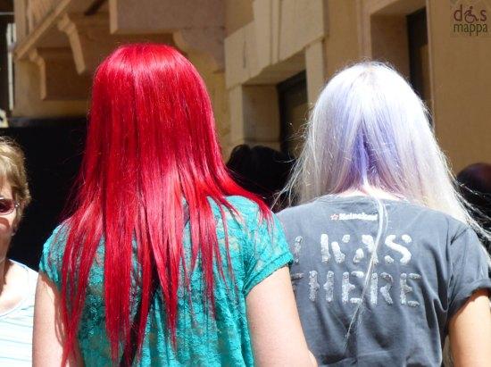 Incontrate ieri in via Mazzini queste ragazze con i capelli rosso fuoco e bianco/lilla (forse a Verona per il concerto degli One Directions?)