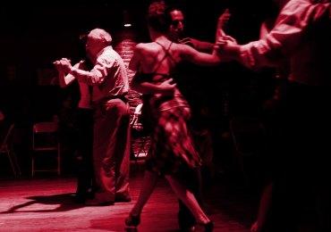 """La TeatralMilonga del titolo, che andrà in scena – nell'ambito del VeronaTango Festival 2013 – venerdì 31 maggio 2013, alle ore 21.15 nello spazio suggestivo di uno dei Padiglioni dell'ex Arsenale (il 20/2), non solo si lascerà guardare ed ascoltare, ma potrà essere vissuta in prima persona dai milongueri presenti, invitati a unirsi all'evento proposto agli spettatori come """"rito partecipativo e conviviale"""". Per la nuova creazione dell'Associazione Interculturale Ponti onlus, Cristina Baldessari, cui si devono ideazione e regia dell'evento, torna a un antico e sempre vivo amore: l'Argentina, in una delle sue rappresentazioni simboliche più immediate e vitali: il tango e tutto ciò che attorno a questa danza sensuale si muove, tanto da incarnare compiutamente l'anima di un popolo. Dopo le intense suggestioni dello spettacolo teatrale """"Mi Buenos Aires querido"""", che fu un grande successo della scena veronese alcuni anni fa, e in omaggio alla mission stessa dell'Associazione Ponti – che realizza e sostiene da oltre 10 anni progetti di solidarietà rivolti a bambini e ragazzi del paese latinoamericano - sulla struttura base della Milonga suddivisa in tande e cortine, i milongueri presenti potranno danzare vivendo l'atmosfera, le emozioni, i temi affrescati nello spettacolo dall'intreccio del linguaggio visivo, verbale, musicale e corporeo. Gli spettatori che invece vorranno partecipare come osservatori dal bordo del magico cerchio, avranno modo di vedere l'opera da piccola distanza nella sua completezza. Così come nel tango, frutto del crogiolo di culture e di espressioni quali la danza, la musica e la poesia, nella TeatralMilonga s'intessono frammenti del microuniverso individuale dei partecipanti con frammenti della storia e della cultura del popolo argentino e italiano, genti che dall'alba del Novecento, camminano e danzano ancora insieme. Il ballo diviene così metafora della vita che supera l'isolamento, la paura attraverso una comunicazione fra donne, uomini e culture """