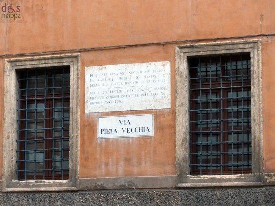 DA QUESTA CASA NEL SECOLO XIV TADDEA CARRARA MOGLIE DI MASTINO II DELLA SCALA FECE OSPIZIO DI TROVATELLI _______________  QUI A 25 LUGLIO 1846 MORÍ IL FISICO GIUSEPPE ZAMBONI INVENTORE DELL'ELETTRO MOTORE PERPETUO.