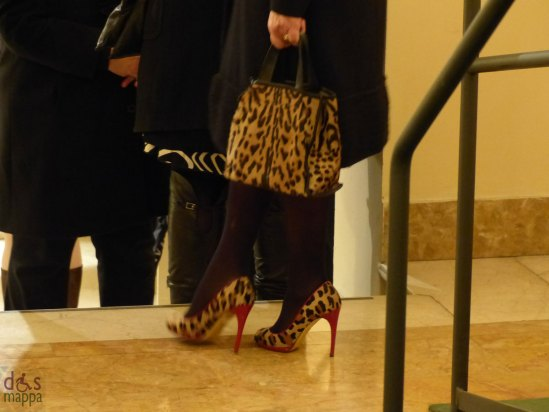 Signora con scarpe e borsa maculate al Teatro Filarmonico di Verona