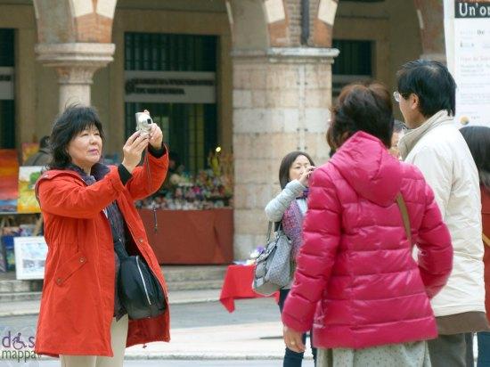 foto turisti piazza erbe