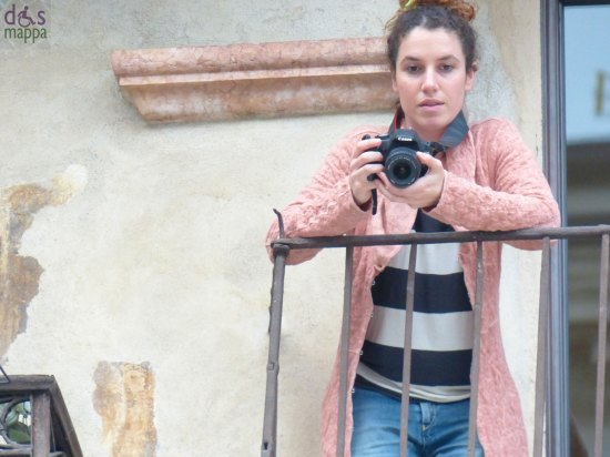 verona risuona fotografa con cappotto rosa in piazza delle erbe