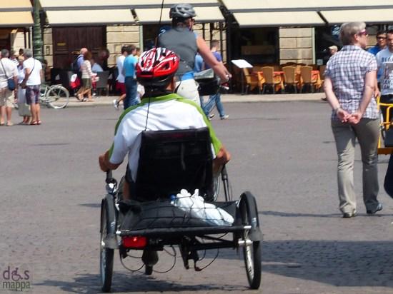 ragazzo disabile su hanbike in piazza bra a verona